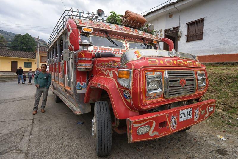 Autobús colorido en Colombia imagen de archivo