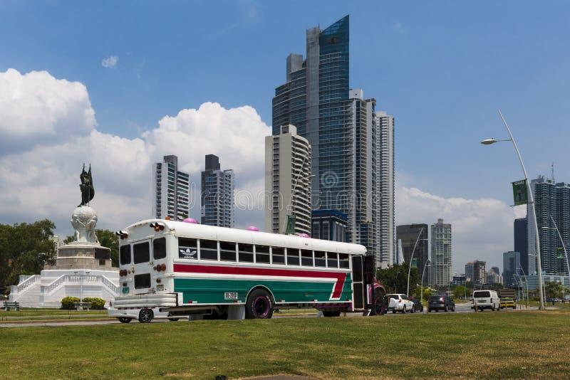 Autobús colorido en una avenida en el centro de la ciudad de ciudad de Panamá en Panamá imágenes de archivo libres de regalías