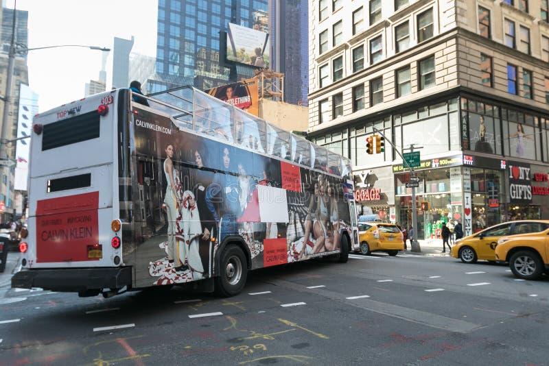 Autobús con el anuncio de las CK fotografía de archivo