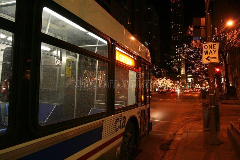 Autobús de CTA en Chicago céntrica en la noche imagen de archivo libre de regalías