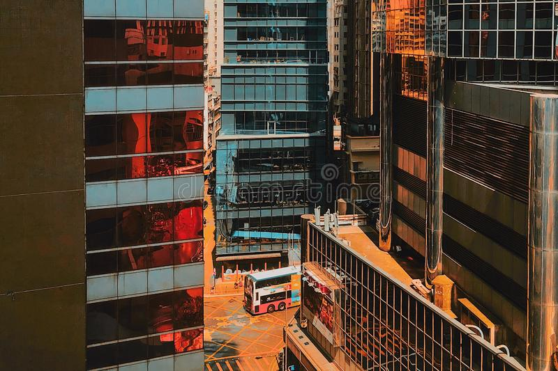 Autobús de dos plantas blanco y rojo cerca del edificio imagen de archivo libre de regalías