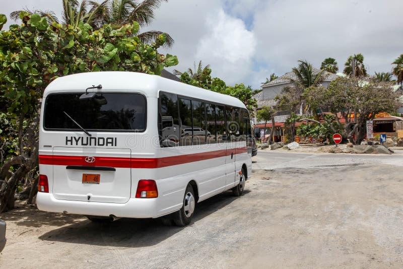 Autobús de Hyundai cerca de la entrada con playas del bikini en la bahía de Oriente (Baie Orie fotografía de archivo