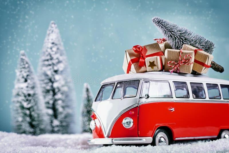 Autobús de la Navidad con los regalos de Navidad fotos de archivo