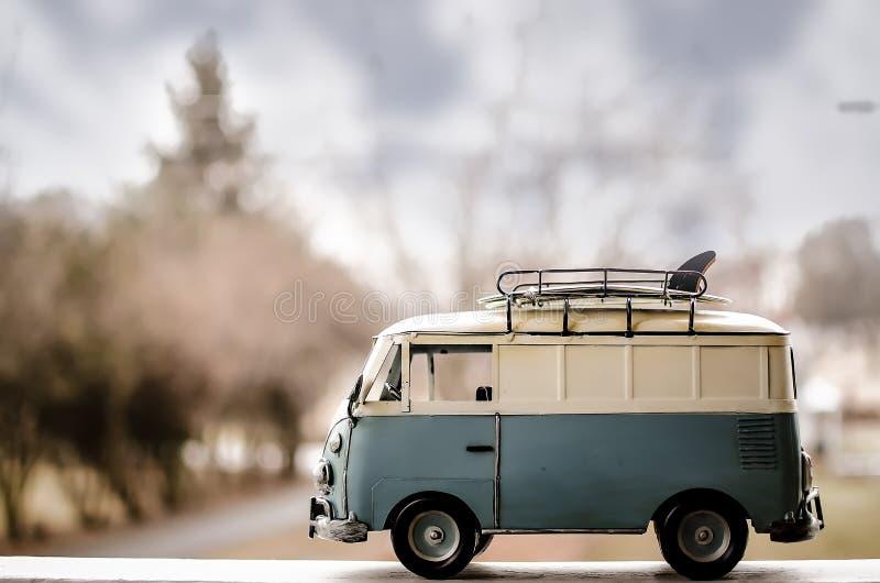 Autobús de la persona que practica surf del hippie fotos de archivo libres de regalías