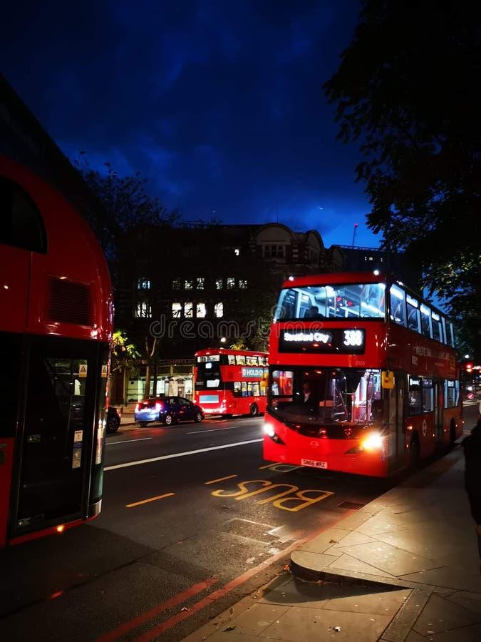 Autobús de noche imagenes de archivo