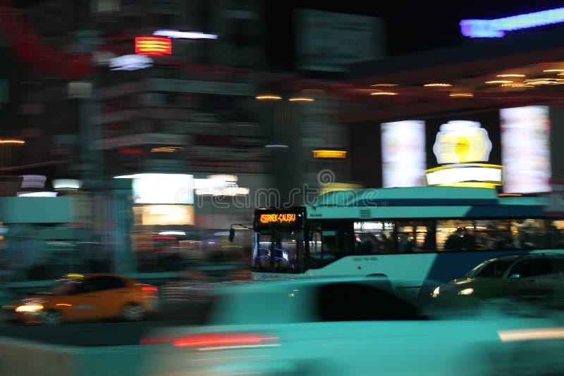 Autobús de noche de la ciudad imagenes de archivo
