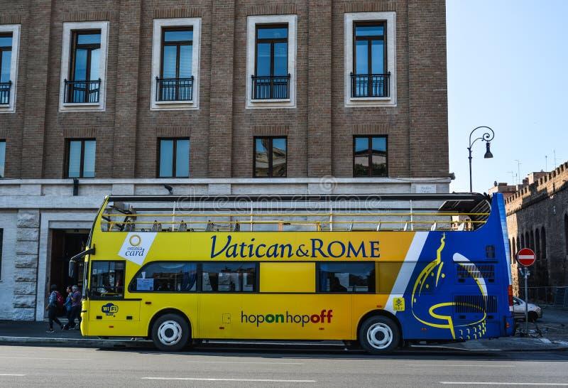 Autobús de visita turístico de excursión en Roma, Italia imagenes de archivo