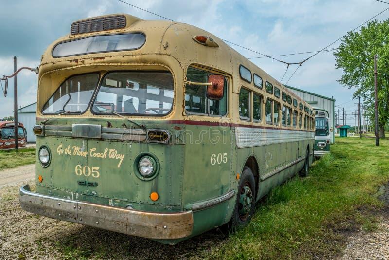 Autobús del transporte público del vintage retro imagen de archivo
