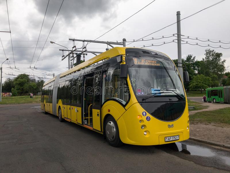 Autobús eléctrico E433 Vitovt Max Electro Productor del ` de Belkommunmash del ` de OJSC Costes en la estación de carga, Minsk fotografía de archivo libre de regalías