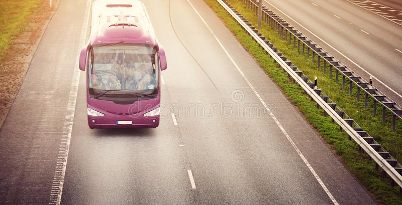 Autobús en la carretera de asfalto por la tarde hermosa del verano imagenes de archivo