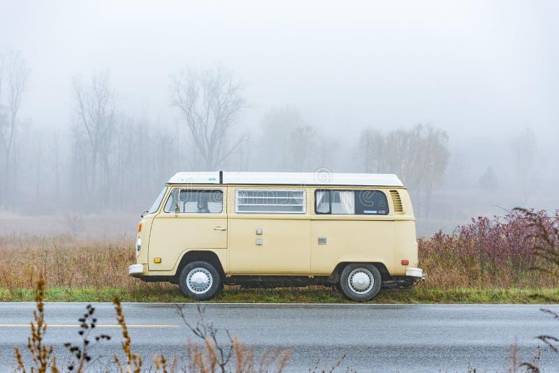 Autobús en la niebla foto de archivo
