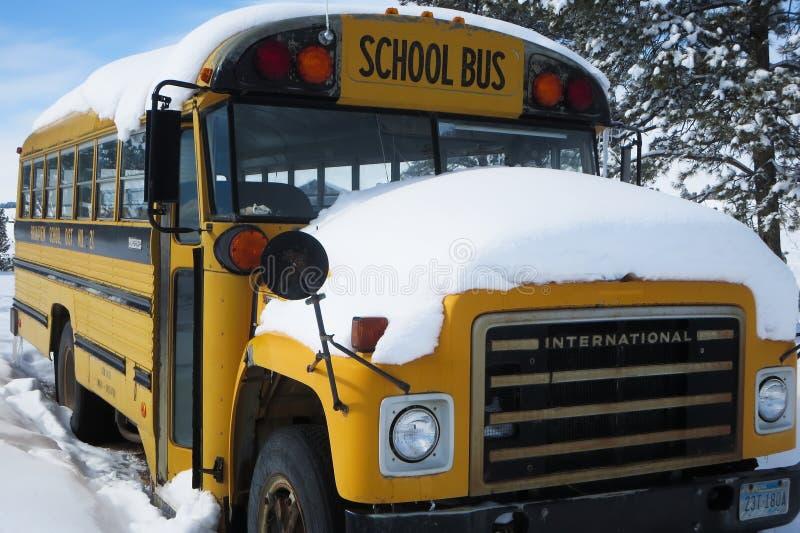 Autobús escolar cubierto en nieve imagen de archivo