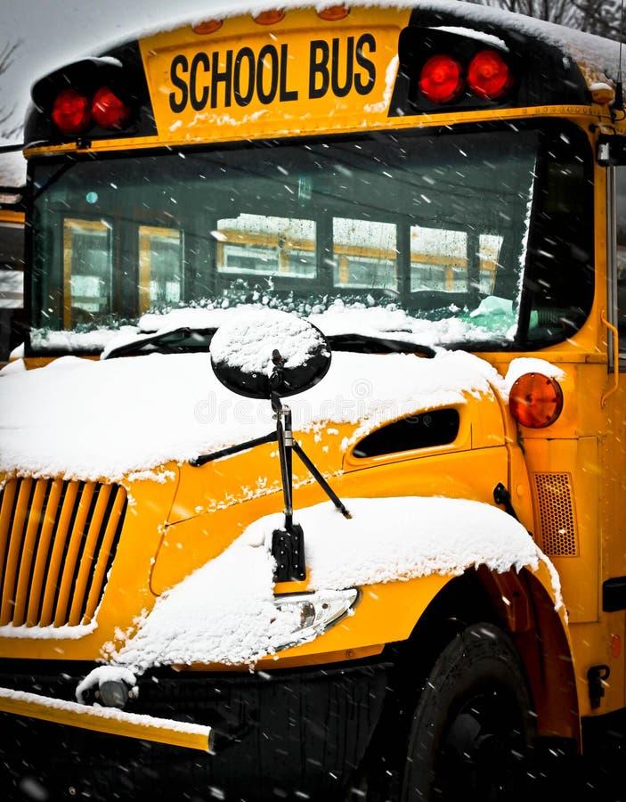 Autobús escolar del día de la nieve imagenes de archivo