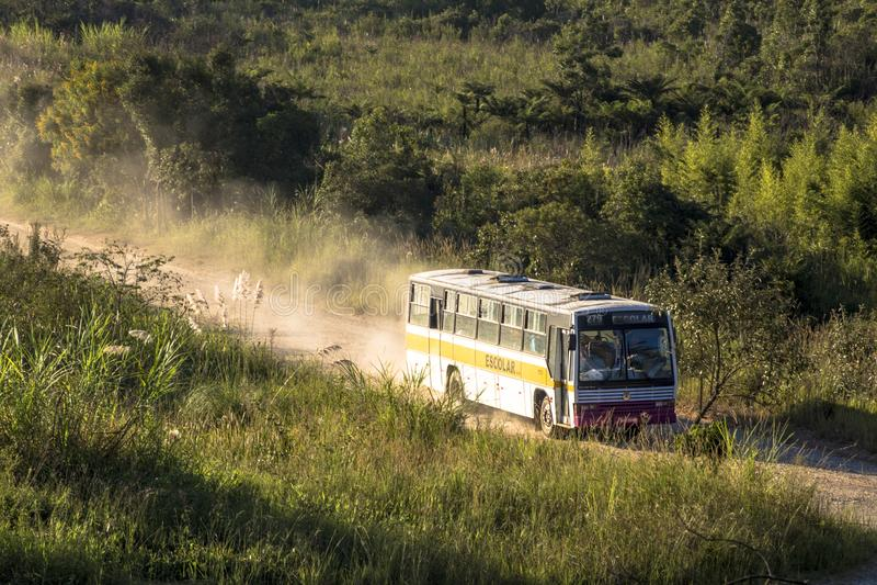 Autobús escolar en carretera nacional imagen de archivo
