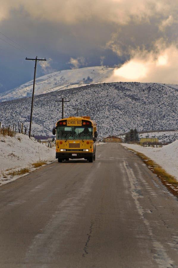 Autobús escolar en el país foto de archivo