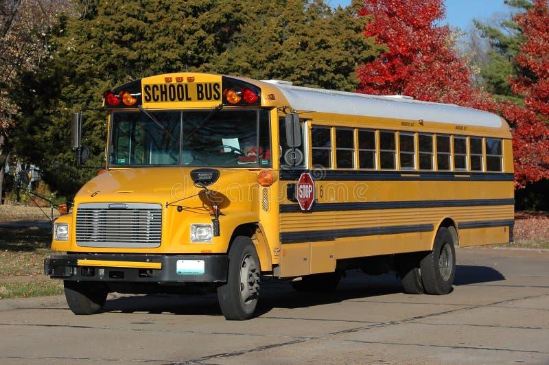 Autobús escolar en la vecindad fotografía de archivo