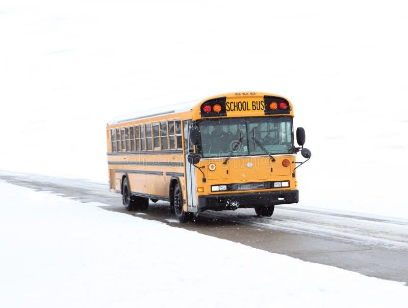 Autobús escolar en nieve fotografía de archivo