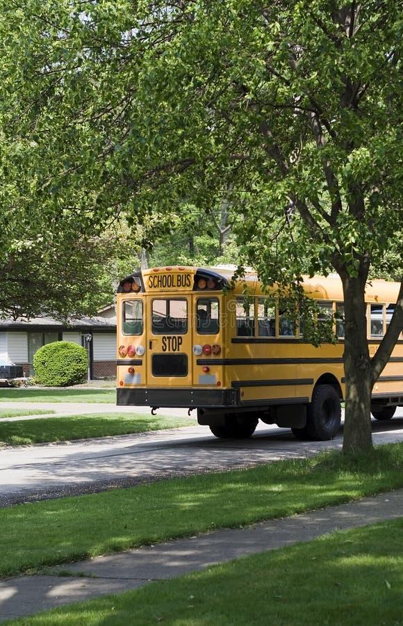 Autobús escolar en ruta imagen de archivo libre de regalías