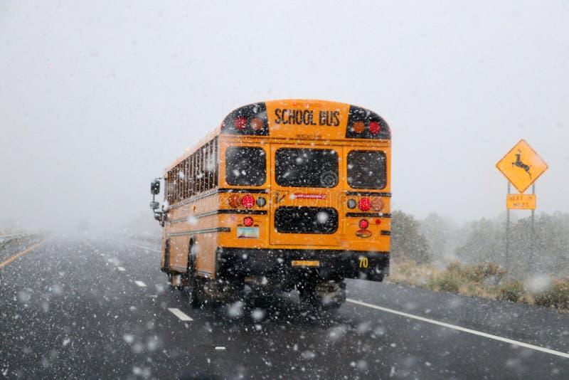 Autobús escolar en tormenta de la nieve foto de archivo