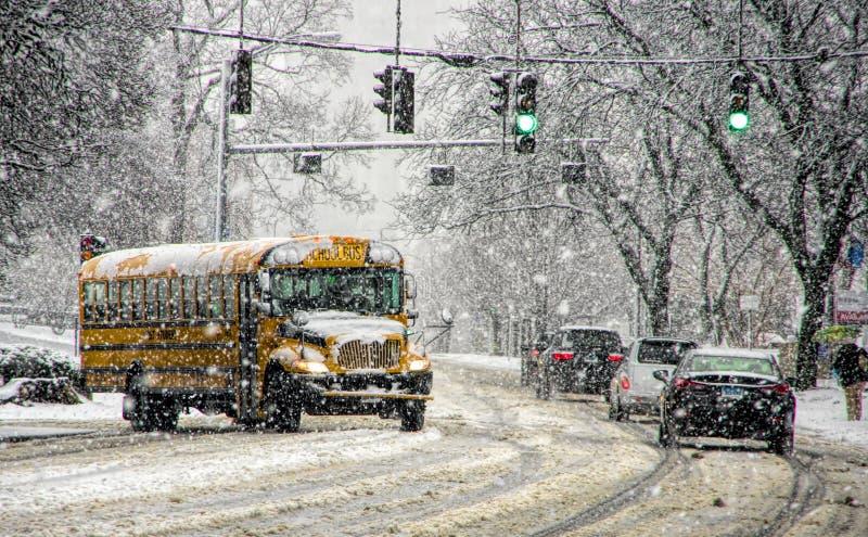 Autobús escolar en tormenta de la nieve fotos de archivo