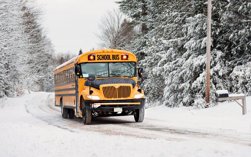 Autobús escolar que conduce abajo de un camino rural nevado - 3 imagen de archivo libre de regalías