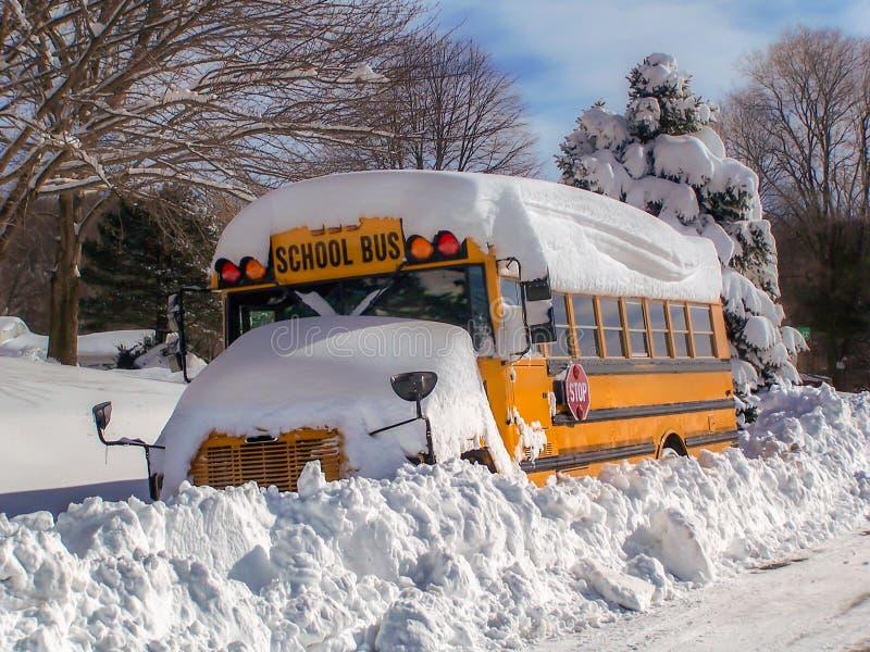 ¡Autobús escolar sitiado por la nieve - placer de los niños de otro día de la nieve! fotografía de archivo libre de regalías