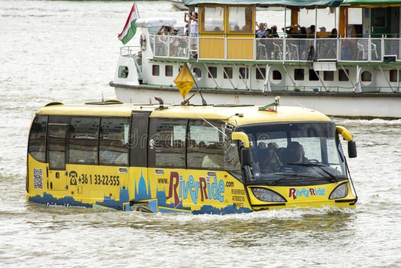 Autobús flotante Riverride desde Budapest, Hungría fotos de archivo libres de regalías