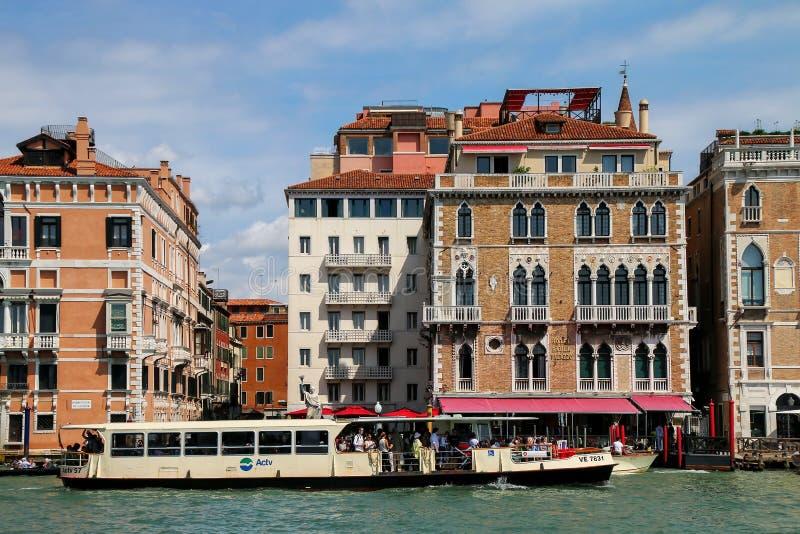 Autobús público del agua de Vaporetto que mueve encendido Grand Canal en Venecia, él fotos de archivo