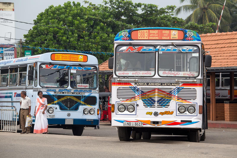 Autobús público regular de Hikkaduwa a Galle en Sri Lanka foto de archivo