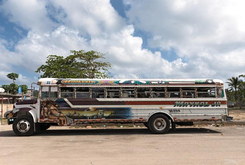 Autobús pintado colorido del pollo en el lindo Panamá del puerto foto de archivo