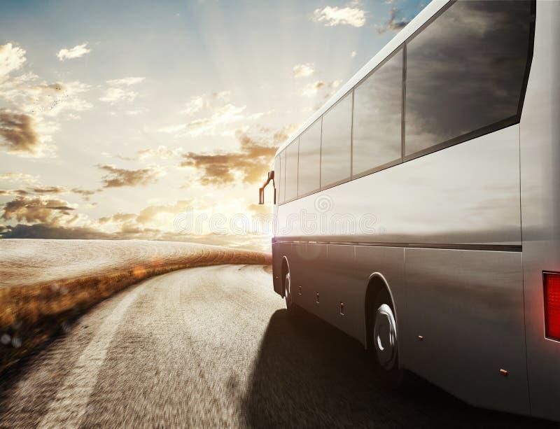 Autobús que conduce en el camino representación 3d fotos de archivo