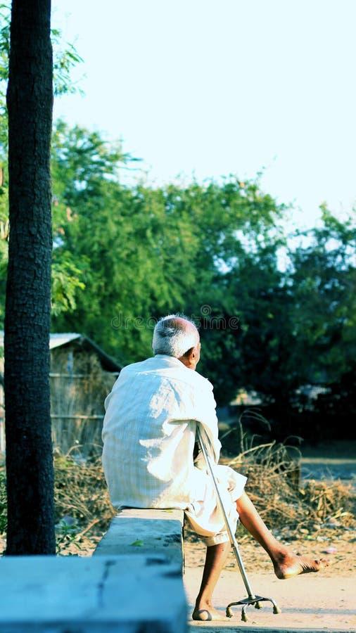 Autobús que espera del abuelo para el templo fotografía de archivo libre de regalías