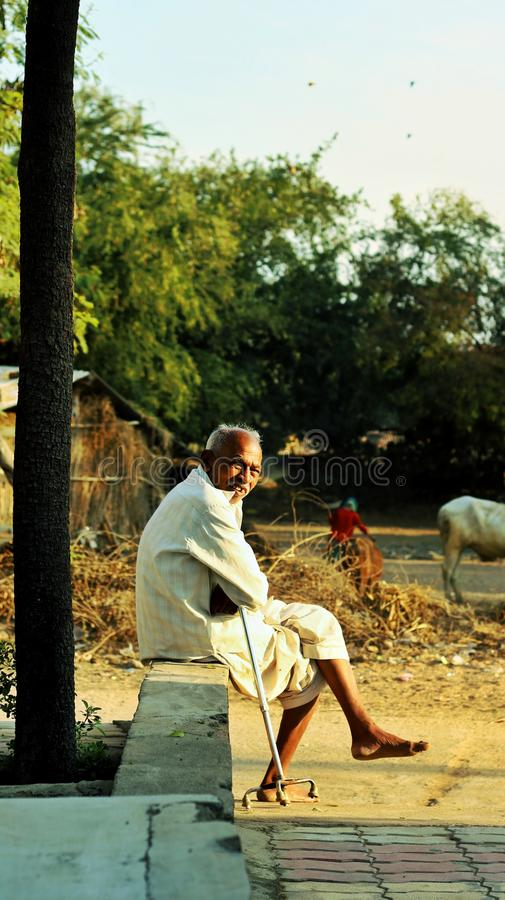autobús que espera del abuelo para, la India fotos de archivo
