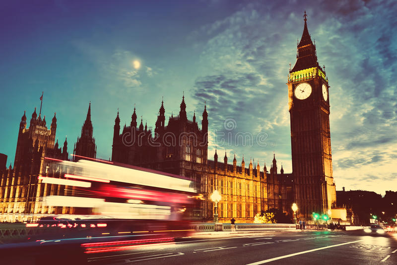 Autobús rojo, Big Ben y palacio de Westminster en Londres, el Reino Unido en la noche Luna que brilla vendimia fotos de archivo libres de regalías