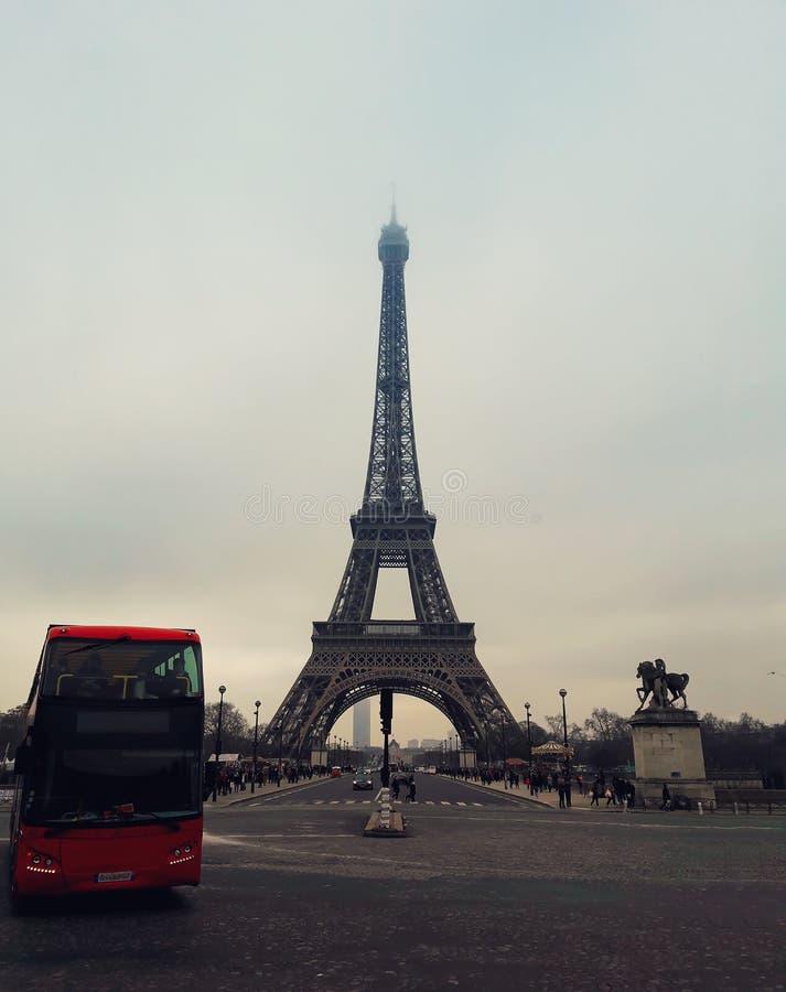 Autobús rojo cerca de la torre imagen de archivo libre de regalías