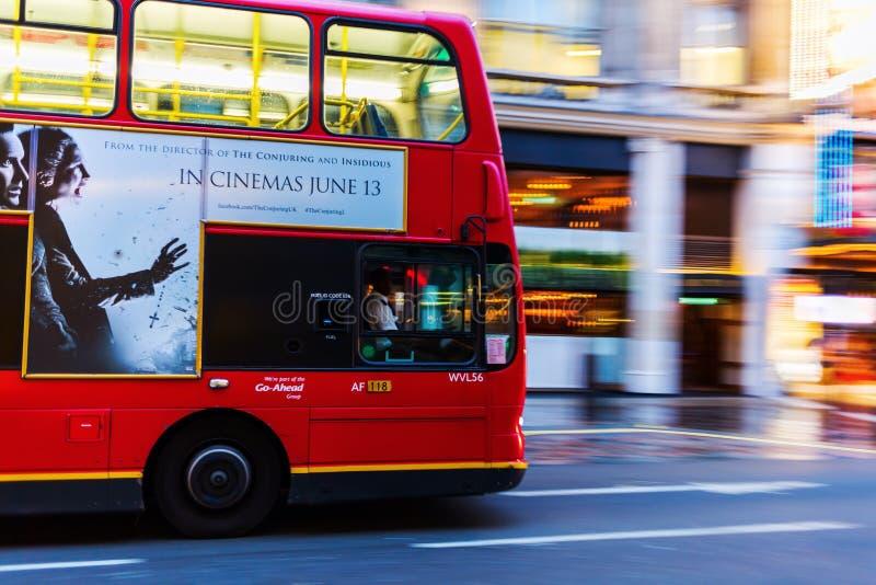 Autobús rojo del autobús de dos pisos en la falta de definición de movimiento en tráfico de la noche de Londres fotos de archivo libres de regalías