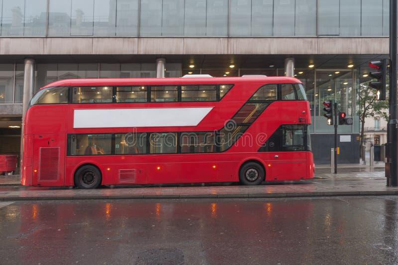 Autobús rojo del autobús de dos pisos en la calle del mallo en Londres fotos de archivo libres de regalías