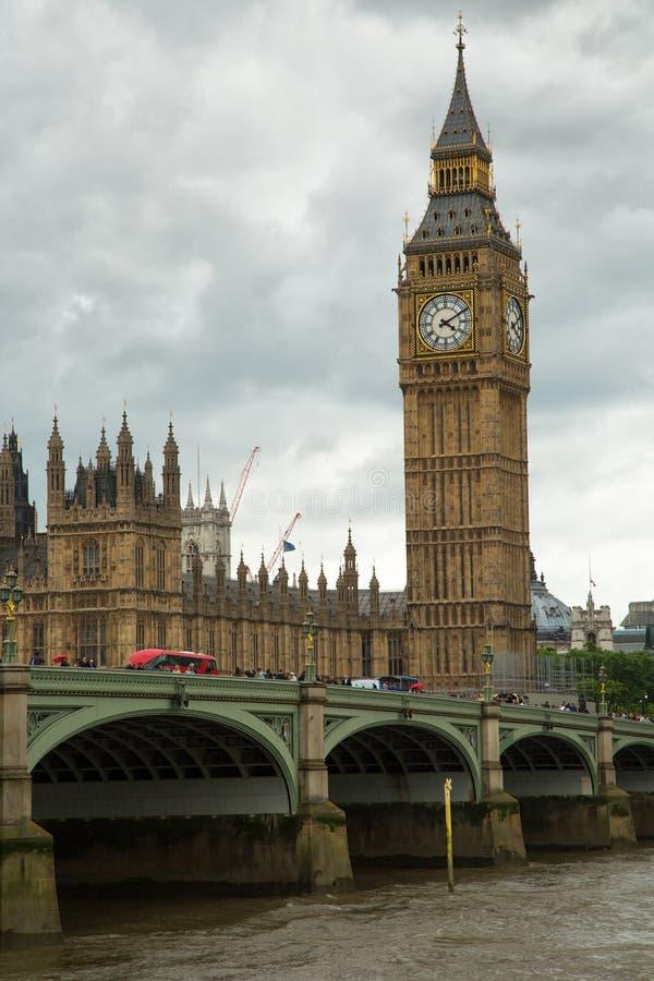 Autobús rojo delante de Big Ben fotografía de archivo
