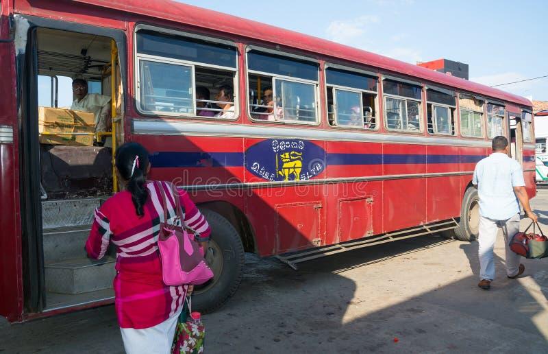 Autobús rojo en Tangalle imagen de archivo libre de regalías