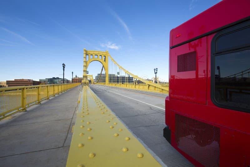Autobús rojo que cruza a Andy Warhol Bridge en Pittsburgh, Pennsylvania fotos de archivo