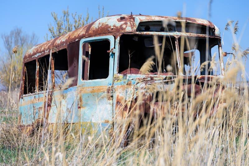 Autobús ruso soviético viejo y abandonado en el medio de las cañas imagen de archivo