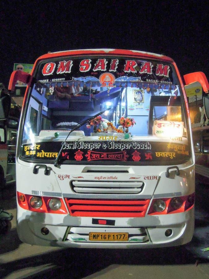 Autobús semi del durmiente y del coche del durmiente en Sagar en la India foto de archivo
