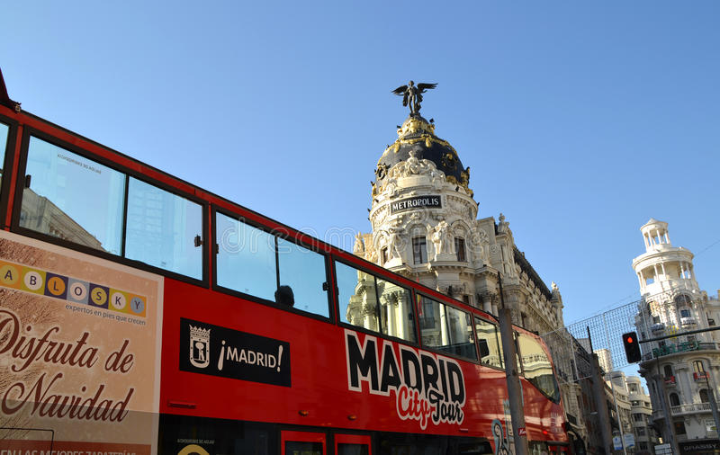 Autobús turístico cerca del edificio de la metrópoli en Gran vía, Madrid, España fotos de archivo libres de regalías