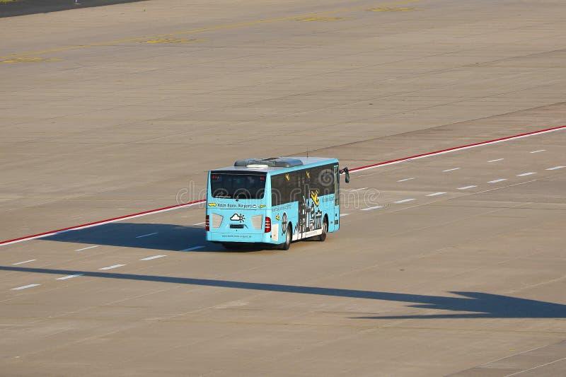 Autobús turístico del aeropuerto en el aeropuerto imágenes de archivo libres de regalías
