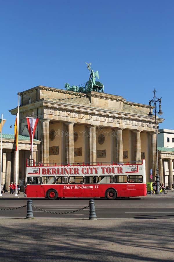Autobús turístico delante de la puerta de Brandeburgo, Berlín, Alemania imagen de archivo