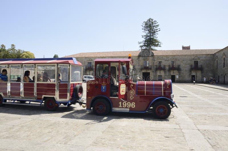 Autobús turístico parado en cuadrado imagen de archivo