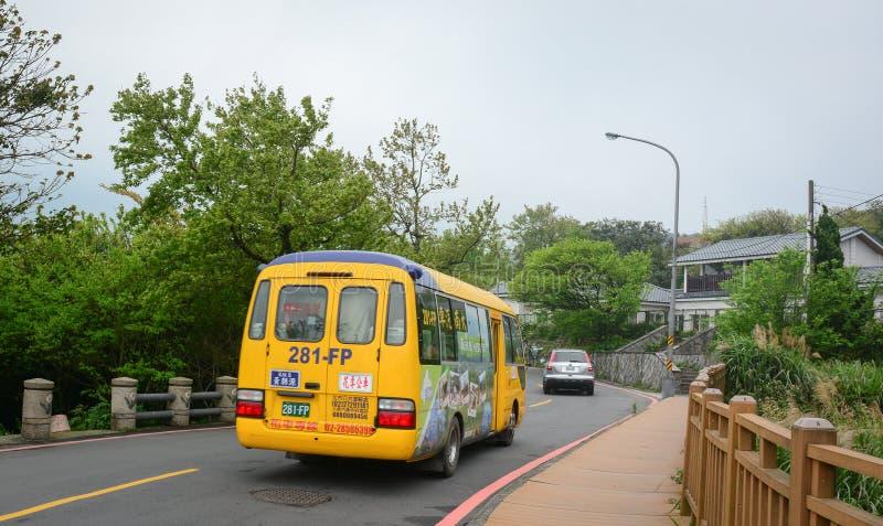 Autobús turístico que corre a lo largo del camino imagen de archivo libre de regalías