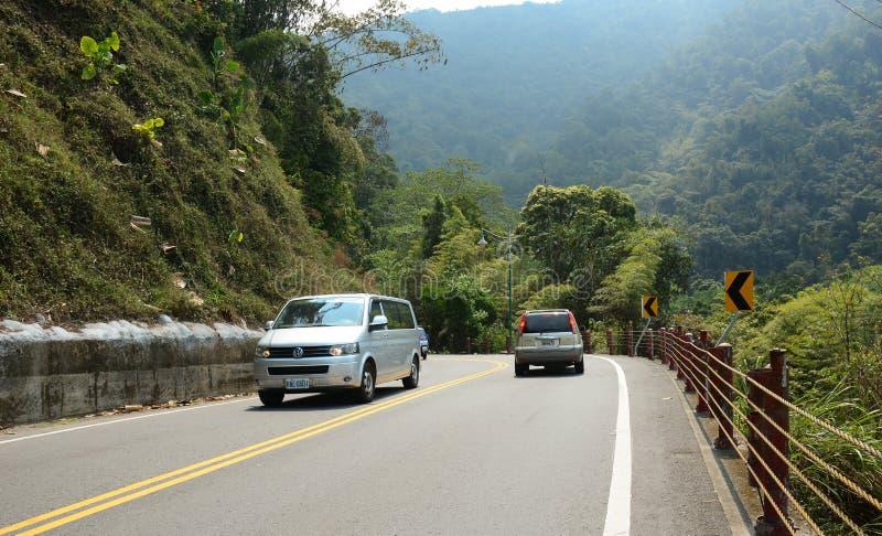 Autobús turístico que corre a lo largo del camino foto de archivo libre de regalías