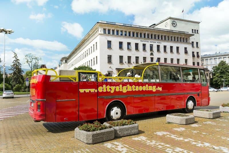 Autobús turístico rojo en el cuadrado de Battenberg, Sofía fotos de archivo