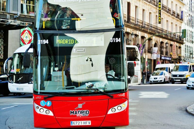 Autobús turístico rojo en Madrid imagen de archivo